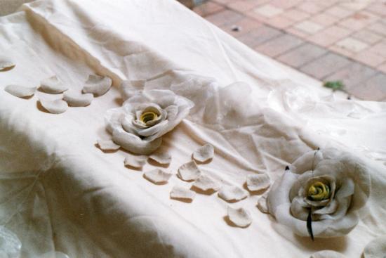 Détail de fleurs en voile de coton, feutre et plumes