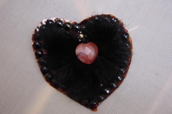 Fibule brodée (fourrure, quartz, jais)