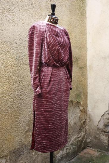 Robe drapée, velours frappé